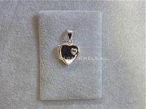 Zilveren medaillon hartje met klein hartje.