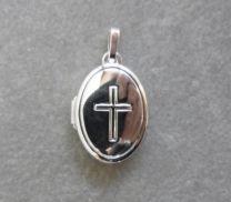 Ovaal zilveren medaillon met motief van kruis.