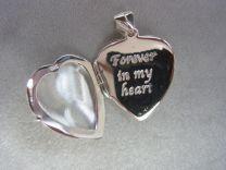 Gedenk medaillon in hart model met ruimte voor as en foto.