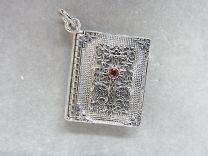 Medaillon zilver boekmodel met robijntje.