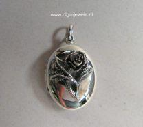 Medaillon met roosje