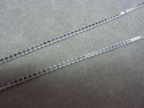 De gehele collectie zilveren colliers